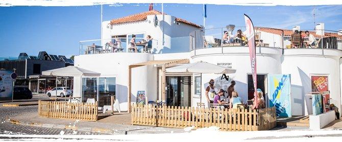 Das AllYouCanSurf Café am Strand von Moledo